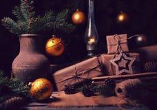 Composição atmosférica dos presentes de Natal com árvore do inverno, cones do pinho em uma tabela de madeira Estilo do vintage Imagens de Stock