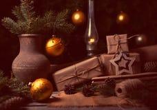Composição atmosférica dos presentes de Natal com árvore do inverno, cones do pinho em uma tabela de madeira Instagram do filtro  Fotografia de Stock Royalty Free