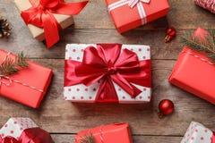 Composição bonita com caixas de presente e decorações do Natal imagens de stock royalty free