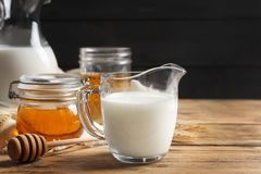 Composição bonita com leite e mel fotografia de stock royalty free