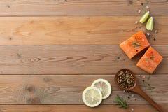 Composição bonita da faixa salmon fresca com alecrins, sal fotografia de stock royalty free