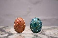 Composição bonita da Páscoa com os ovos e o coelho isolados no fundo branco imagens de stock