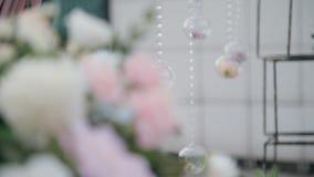 A composição bonita das flores nas bolas de vidro captura a imaginação filme