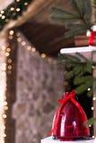 A composição bonita do Natal com lanterna e bokeh vermelhos ilumina-se no fundo Foto rústica de madeira temperamental Imagens de Stock Royalty Free