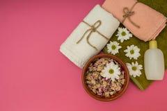 Composição bonita dos termas com as flores da mola no fundo cor-de-rosa imagens de stock royalty free