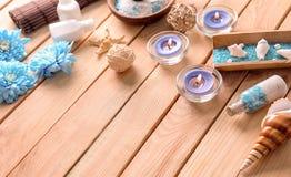 Composição bonita dos termas com sal, escudos e velas do mar na tabela de madeira fotografia de stock