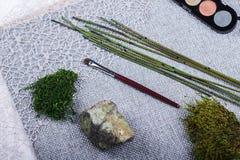 Composição bonita: escovas profissionais da composição, equipamento e elementos decorativos imagens de stock