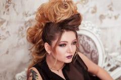 Composição brilhante da forma Mulher da beleza com penteado do mohawk Menina modelo 'sexy' loura com cabelo longo, pestanas longa Fotografia de Stock