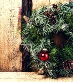 Composição brilhante do Natal com a grinalda do Natal com quinquilharias imagem de stock royalty free