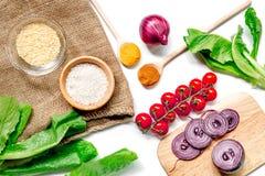 Composição caseiro dos ingredientes do paella com arroz, tomate, cebola na opinião superior do fundo branco da tabela imagem de stock royalty free