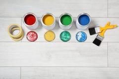 Composição colocada lisa com as latas de ferramentas da pintura e do decorador no fundo de madeira ilustração stock