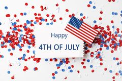 Composição colocada lisa com cartão, bandeira dos EUA e confetes Dia da Independ?ncia feliz