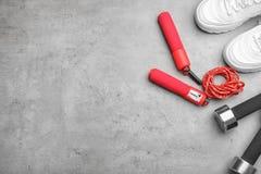 Composição colocada lisa com corda de salto, equipamento do gym e espaço para o texto fotografia de stock royalty free