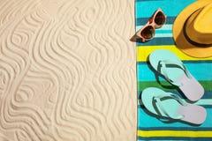 Composição colocada lisa com objetos da praia e espaço para o texto imagem de stock royalty free