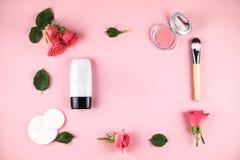 A composição colocada lisa com ocultador, cora, flores fotos de stock