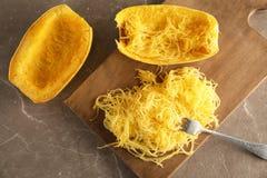 Composição colocada lisa com polpa de espaguetes cozinhada fotografia de stock