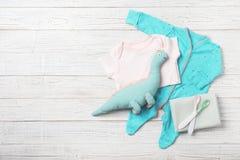 Composição colocada lisa com roupa e acessórios do bebê imagens de stock