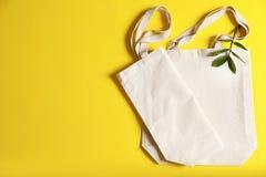 Composição colocada lisa com sacolas do eco e espaço para o texto imagens de stock royalty free