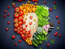 Composição colorida dos vegetais com os tomates vermelhos e amarelos, pepinos, verdes Vista superior fotografia de stock
