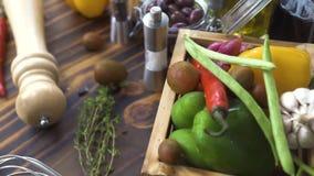 Composição colorida e tempero dos legumes frescos no fundo de madeira Seguindo o ingrediente disparado para a preparação filme