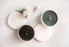 Composição com argila cosmética no fundo branco imagem de stock royalty free