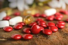 Composição com as cápsulas e as vitaminas nutritivas do suplemento Fotografia de Stock