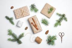 Composição com as caixas de presente dos ramos de árvore do Natal no fundo branco fotos de stock