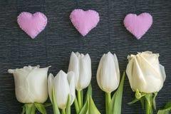 Composição com as flores brancas frescas e corações cor-de-rosa Imagem de Stock Royalty Free