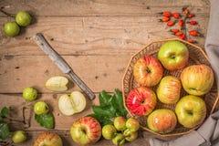 Composição com as maçãs frescas na tabela de madeira velha Imagem de Stock Royalty Free