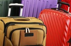 Composição com as malas de viagem coloridas do curso Fotografia de Stock