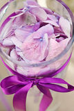 Composição com as pétalas da orquídea no vaso de vidro Fotografia de Stock Royalty Free