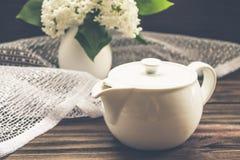 Composição com bule e flores na tabela de madeira Imagem de Stock Royalty Free