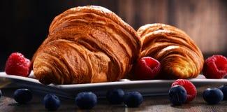 Composição com croissant e frutos na tabela Imagem de Stock