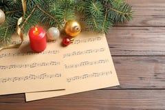 Composição com decorações do Natal e folhas de música fotografia de stock royalty free