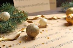 Composição com decorações do Natal e folhas de música na tabela imagens de stock