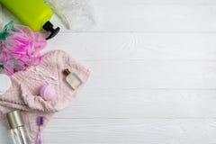 Composição com a escova de dentes da toalha de rosto de toalha do gel do chuveiro dos acessórios do banho fotografia de stock
