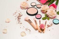 Composição com escovas da composição, produtos cosméticos Fotografia de Stock
