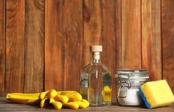 Composição com fontes do vinagre e de limpeza fotografia de stock