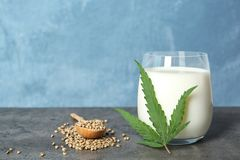 Composição com leite do cânhamo e espaço para o texto foto de stock