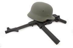 Composição com o capacete alemão da batalha e o MP40 Fotografia de Stock Royalty Free