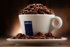 Composição com o copo do café e dos feijões de Lavazza Fotos de Stock