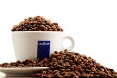 Composição com o copo do café e dos feijões de Lavazza Imagens de Stock Royalty Free