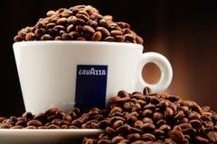 Composição com o copo do café e dos feijões de Lavazza Imagens de Stock