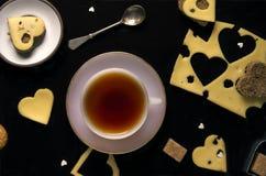 Composição com o copo do queijo e do pão do chá foto de stock