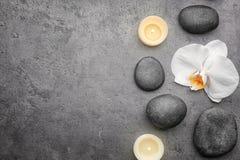 Composição com a orquídea e as pedras brancas bonitas Imagem de Stock