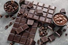 Composição com os feijões do chocolate e de café no fundo cinzento fotografia de stock royalty free