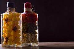 Composição com os frascos de vegetais postos de conserva fotografia de stock