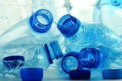 Composição com os frascos plásticos da água mineral Foto de Stock