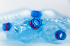 Composição com os frascos plásticos da água mineral Desperdício do plástico As garrafas plásticas reciclam o conceito do fundo imagens de stock royalty free
