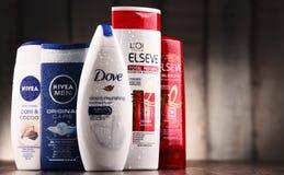 Composição com os recipientes de tipos globais dos cosméticos Fotografia de Stock Royalty Free